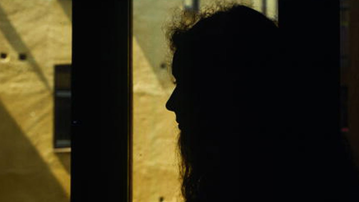 Kvinna vid fönster. Foto: SVT Bild.