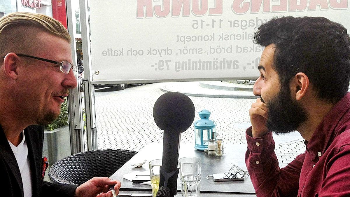 Linus Bylund och Soran Ismail äter lunch. Foto: Daniel Värjö/Sverigesradio.