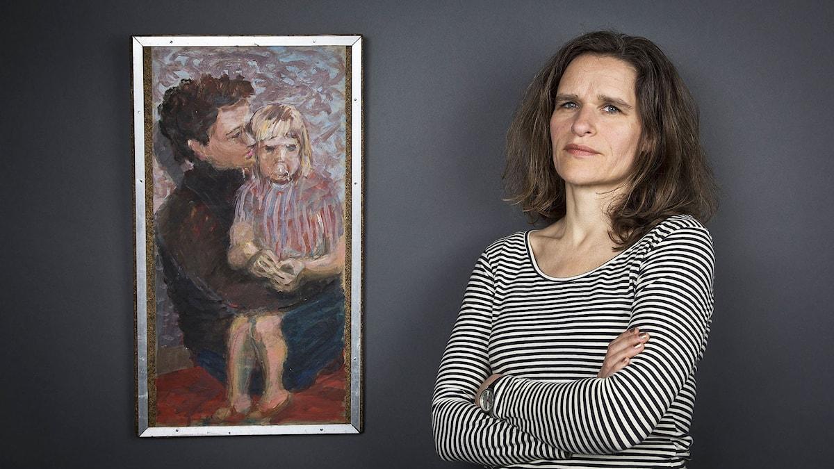 Katarina Helmerson med porträtt av Katarina och hennes mor av konstnären Esbjörn Hasselberg. Foto: Mikael Grönberg/SverigesRadio.