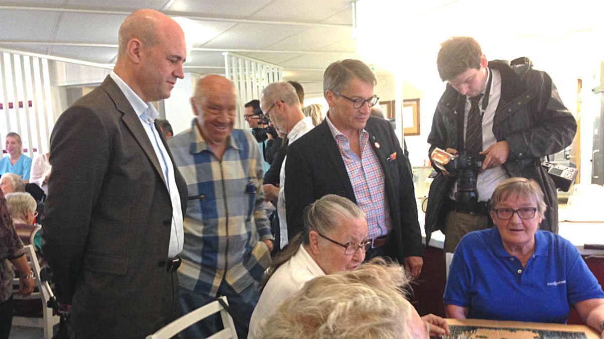 Fredrik Reinfeldt på valturné på äldreboendet Svärdfästet i Borås. Foto: Måns Mosesson.