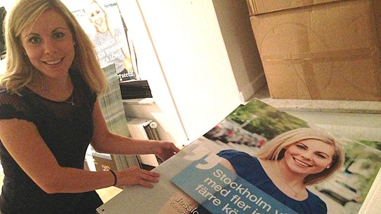Jessica Rosencrantz, ordförande för MUF Stockholm, på väg ut för att affischera. Foto: Måns Mosesson.