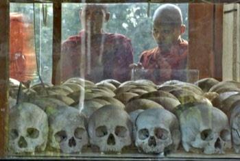 Budistiska munkar på besök vid Choeung Ek, dödens fält, i Kambodja. Scanpix.