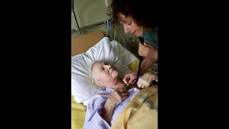 """Bota, lindra, trösta"""" – Astrid Seeberger med patient Foto: Snezana Vucetic Bohm/SR"""