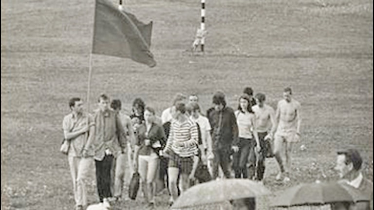 Rebeller på väg mot Kampementsbadet för att simma i formation.