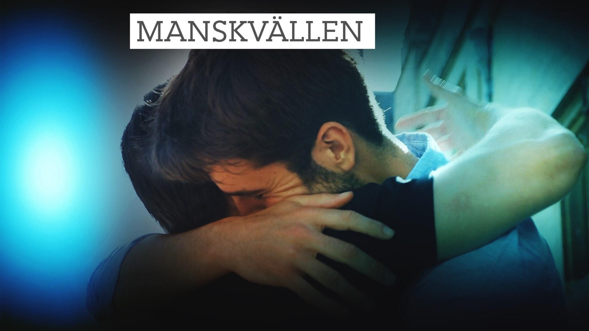 Männen ger varandra långa kramar.