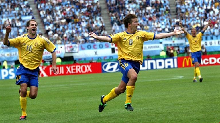 Anders Svensson firar sitt klassiska frisparksmål mot Argentina under VM i Japan/Sydkorea 2002.