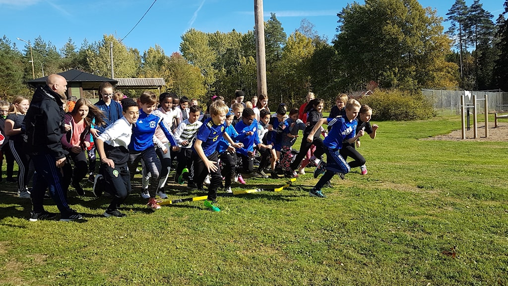 Eleverna på Stockarydsskolan springer.