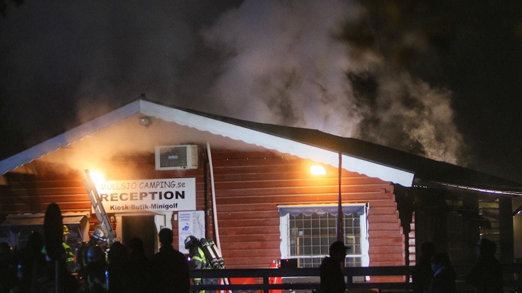 Räddningstjänsten vid receptionen på Mullsjö Camping där branden spridit sig till byggnaden.