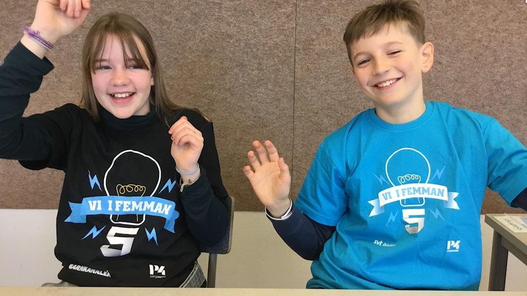 Två elever i Vi i femman-tröjor