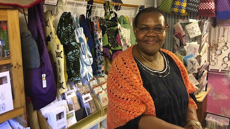 Afrikansk kvinna i en butik med tyger