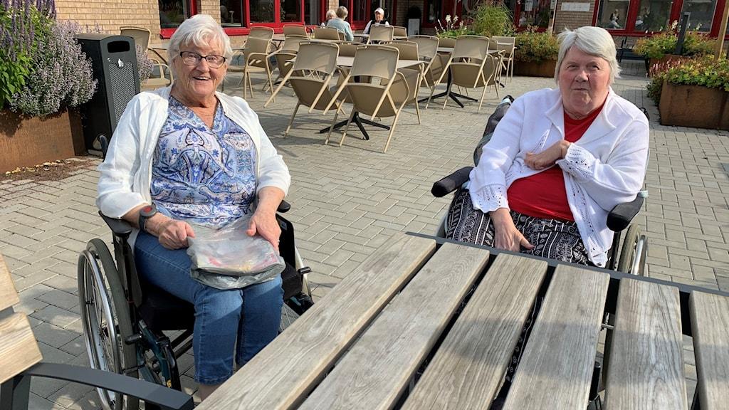 Ann-Marie Enander och Eivor Enlund längtar efter att få ta emot besök på äldreboendet igen.