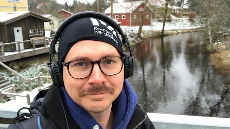 Håkan Eng framför en å.
