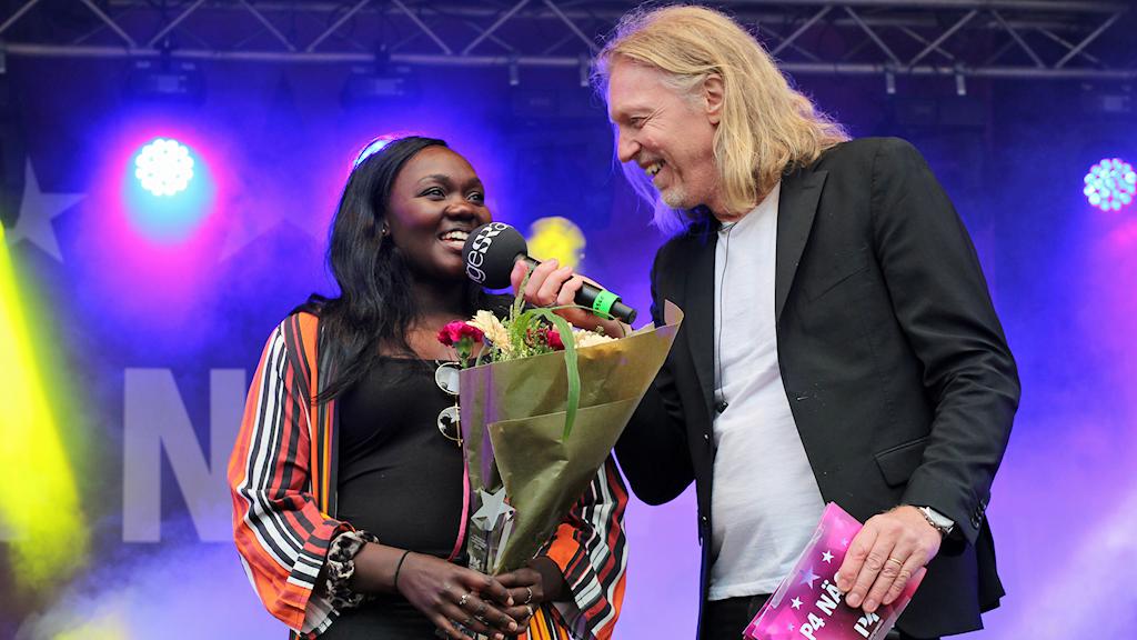 Faith Kakembo, vinnare P4 Nästa, och programledaren Hasse Pettersson