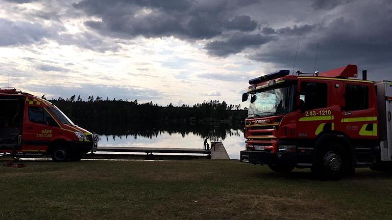 Båt med dykare från Borås och brandbil vis Åsasjön.