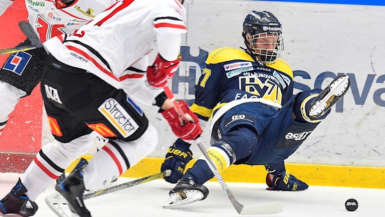 Örebros Rodrigo Abols (21) kämpar mot David Gustafsson (27).