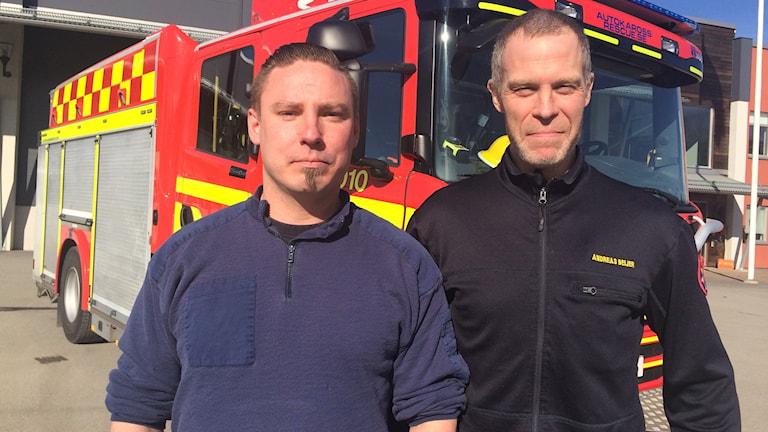 Deltidsbrandmannen Oskar Samuelsson och chefen för deltidsbrandmännen Andreas Beijer.