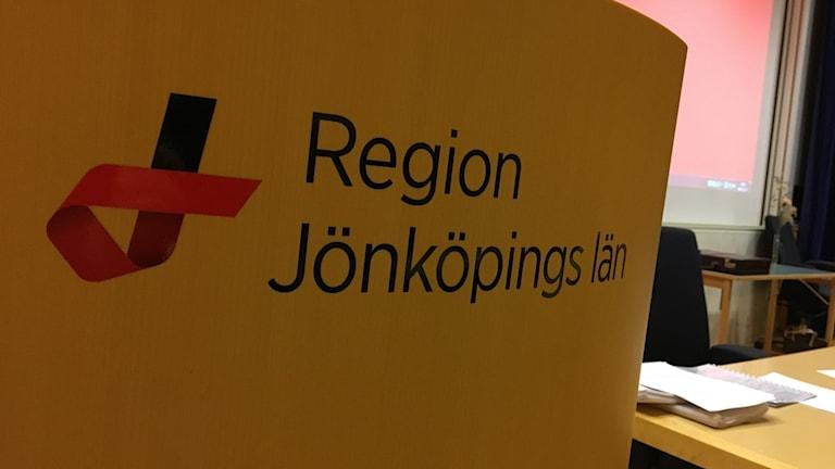 """En skylt där det står """"Region Jönköpings län""""."""