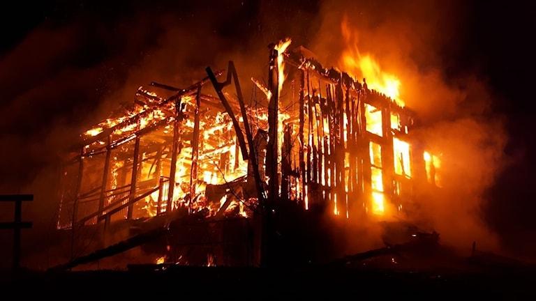 Polisen misstänker att någon tänt eld på huset.