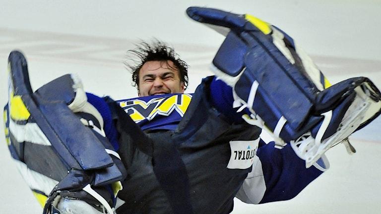 En jublande glad Stefan Liv efter 4-1 segern i femte matchen av sju möjliga i semifinalen i SM-slutspelet i ishockey mellan HV71 och Skellefteå AIK på Kinnarps Arena i Jönköping på torsdagen. Foto: Jonas Ekströmer / SCANPIX
