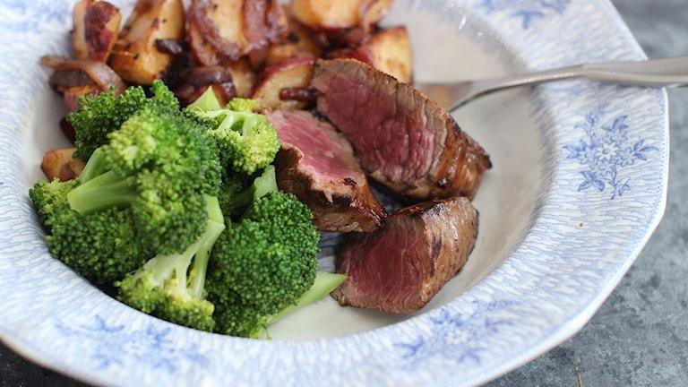 Ryggbiff och broccoli på en tallrik.