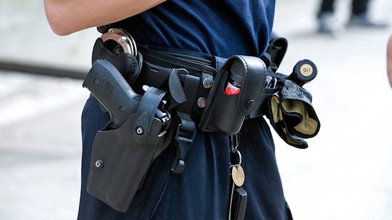 Polis med pistol (arkivbild, foto Bertil Ericson/Scanpix)