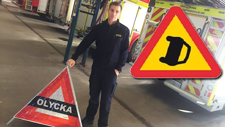 """Andreas Melin håller den gamla skylten med texten: """"olycka"""". Den nya skylten med en vält bil är inklippt i bilden."""