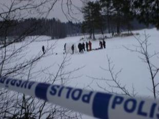Polisen spärrade av Lovsjön, och strax innan 17.00 drogs en kropp upp ur vattnet.