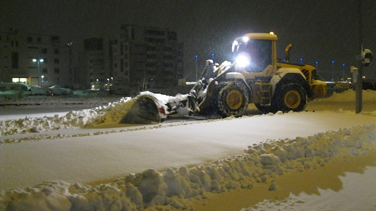 Traktor plogar snö. Foto: Cjell Fransson / Sveriges Radio.