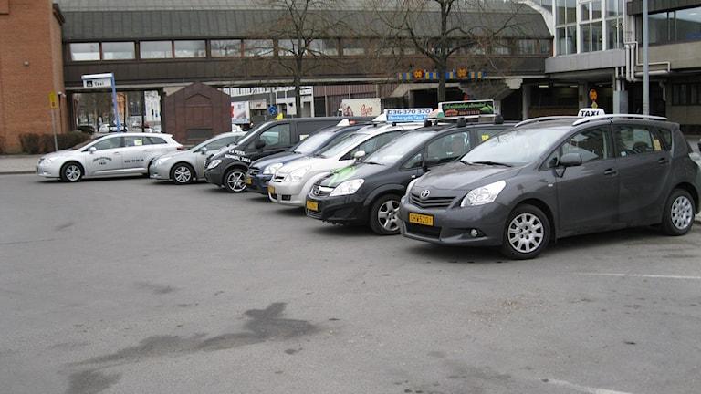 Taxibilar april 2011. Foto Oskar Mattisson, Sveriges Radio Jönköping