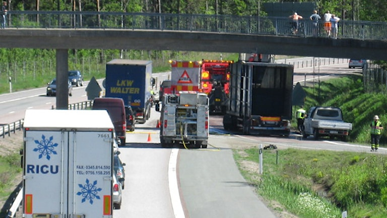 Långa köer på vägen efter lastbilsolyckan. Foto: Oskar Mattisson