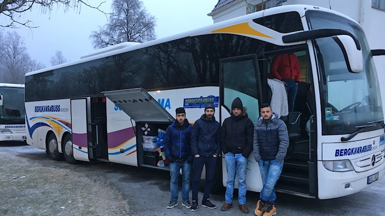 Asylsökande utanför buss i Viebäck.
