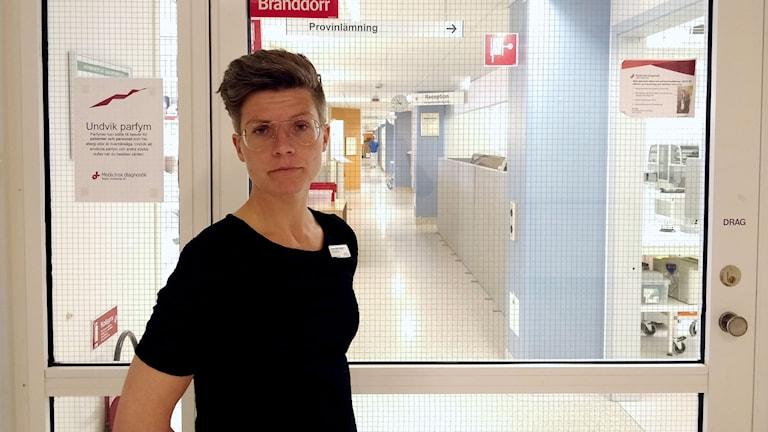 Hanna Odén Poulsen står i en sjukhuskorridor.