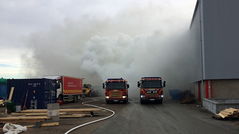Rök och brandbilar i Anderstorp.