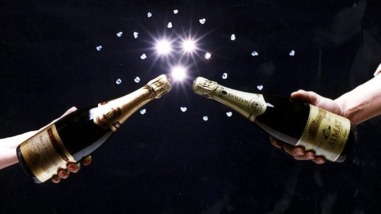 Personer med champagneflaskor.