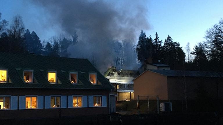 Brand på Carlfors bruk. Foto: Peter Olsson/Sveriges Radio.