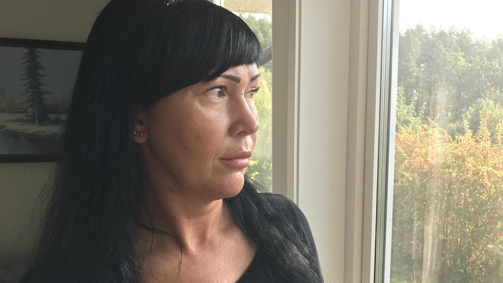 Bild på kvinna vid fönster