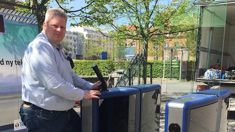 """Thomas Jonsson vd på Motorförarnas helnykterhetsförbund test lab, visar den nya alkospärren """"Speedgate""""."""