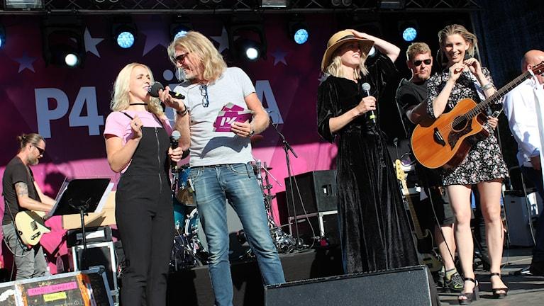 Noomi intervjuas av Hasse Pettersson på scenen.