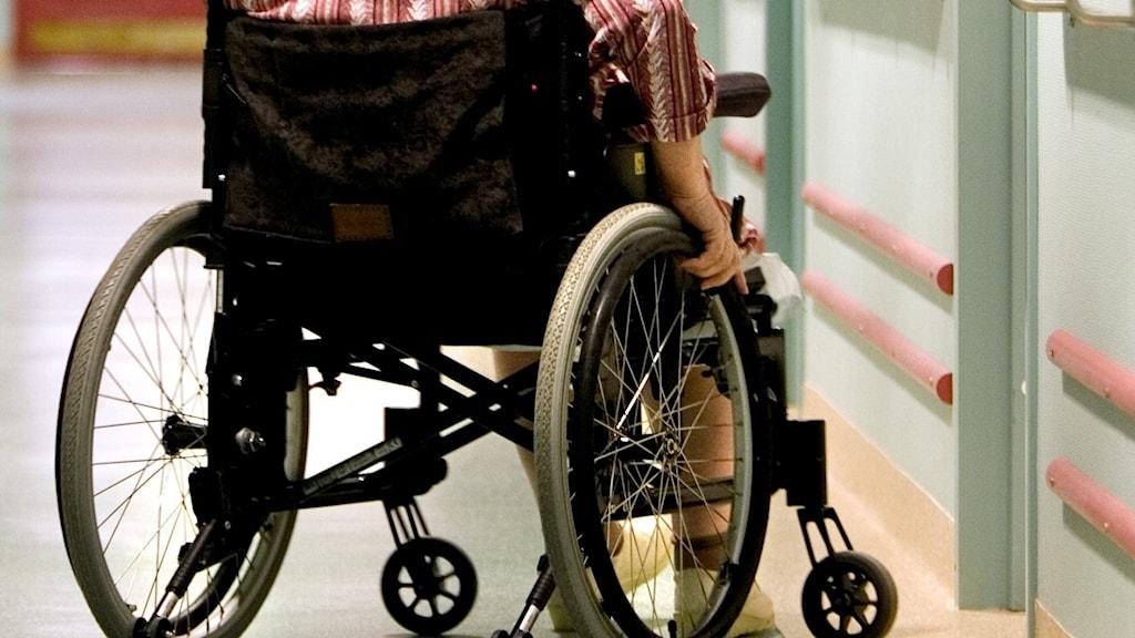 En kvinna i rullstol på ett äldreboende.