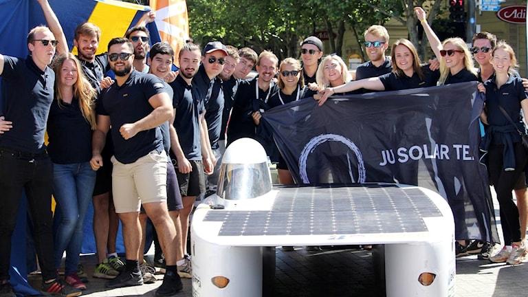 Teamet från Jönköping vid sin solbil vid målgång