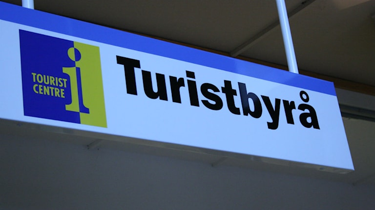 "En skylt där det står ""turistbyrå""."