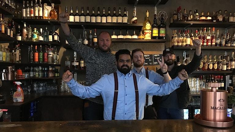 Stefan, Ludde, Daniel och Simon höjer armarna i baren.