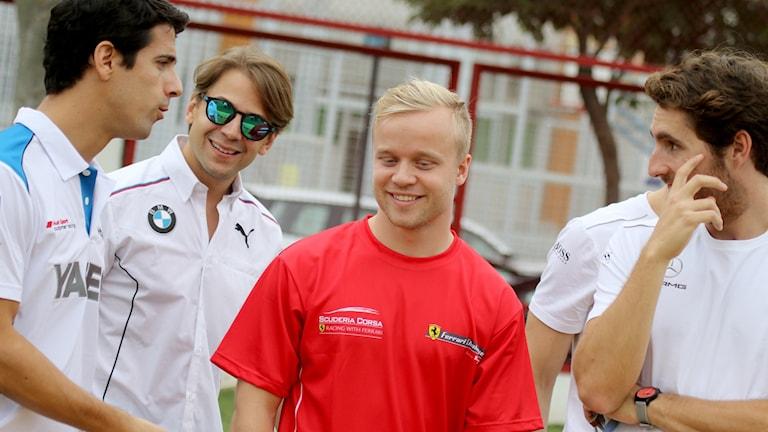 Felix omgiven av tre andra personer i teamet