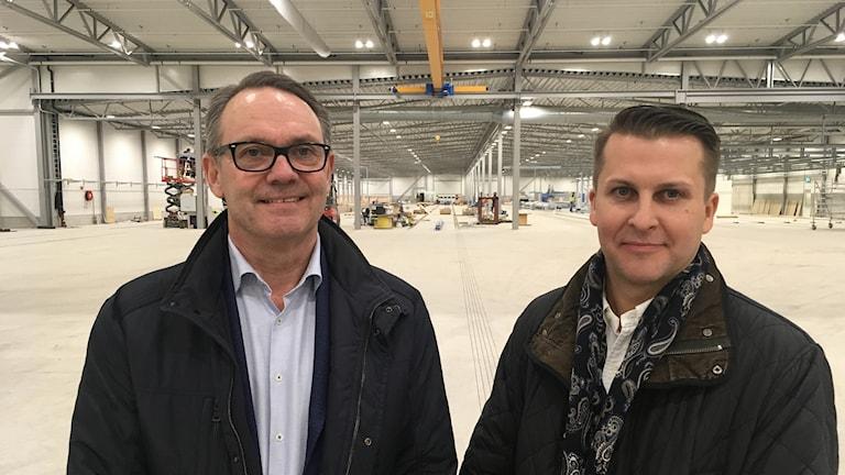 Eksjöhus vd Mikael Olsson och nyrekryterade Johan Karlsson, senast vd för Kärnhem, står inne i den nya 13 500 kvadratmeter stora bostadsfabriken.