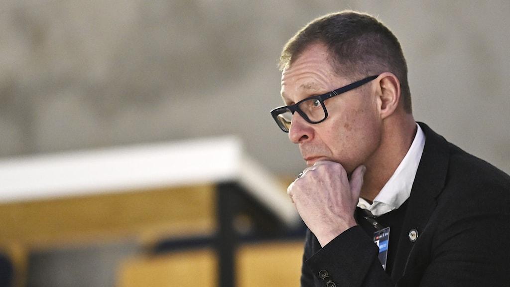 Klubbdirektör Agne Bengtsson i profil vilar hakan i händerna.