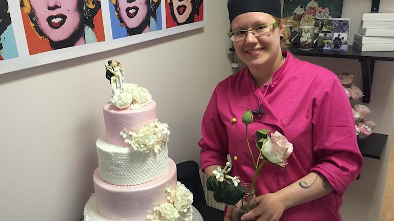 Michelle med en bröllopstårta.