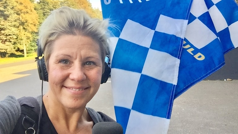 Sanna Hermansson och en Elit Vetlanda-flagga.
