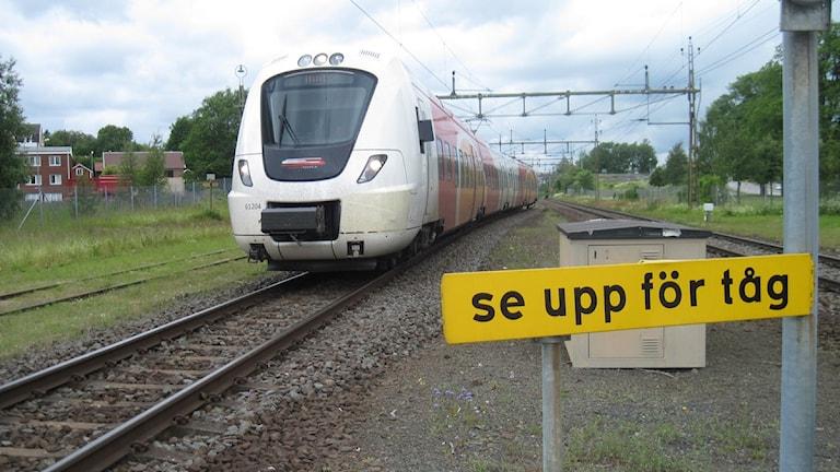 En skylt varnar för tågen på stationen i Forserum. Foto: Oskar Mattisson/Sveriges Radio.