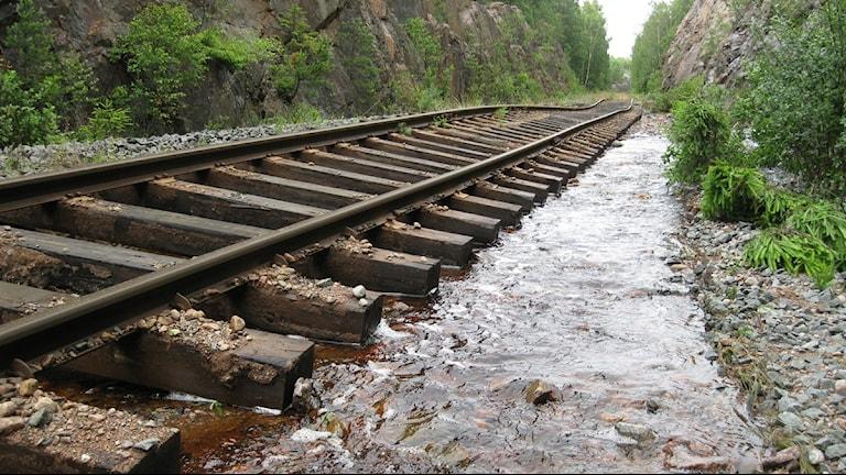 Järnvägen som går till pappersbruket i Pauliström har förstörts av regnet. Foto: Maria Ågren/ Sveriges Radio.