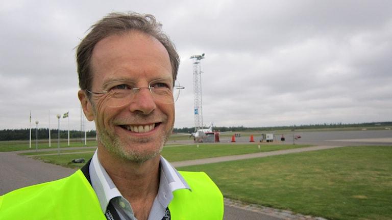 Sten Norinder, VD för Jönköping flygplats jobbar för att få folk att ta flyget istället för bilen och tror att det finns passagerare nog för två bolag.